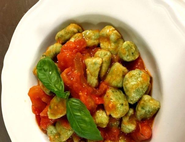 gnocchetti verdi al pomodoro fresco e battuto di erbe aromatiche